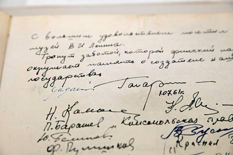Juri Gagarinin tervehdys kesällä 1961 Lenin-museon vieraskirjassa.