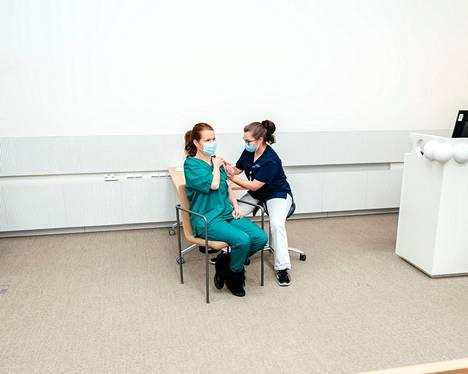 Apulaisosastonhoitaja Heli Laaksonen rokotti sairaanhoitaja Andrea Nummen. Nummi oli yksi kolmesta ensimmäisenä Suomessa rokotuksen saaneista.