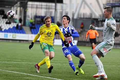 Ilves-vahti Mika Hilander (oik.) piti jälleen maalinsa puhtaana. HJK:n Marco Buenon (keskellä) aikeita oli estämässä myös Tatu Miettunen.