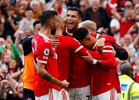 Cristiano Ronaldo (kesk.) viimeisteli Manchester Unitedille paluupelissään kaksi maalia, kun Newcastle kaatui 4–1.