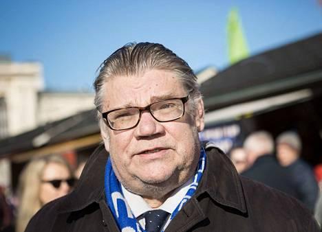 Timo Soini joutui uhkaavan käytöksen kohteeksi maaliskuussa 2019 kampanjoidessaan maalaismarkkinoilla. Soini Tampereen keskustorilla 2019 huhtikuussa.