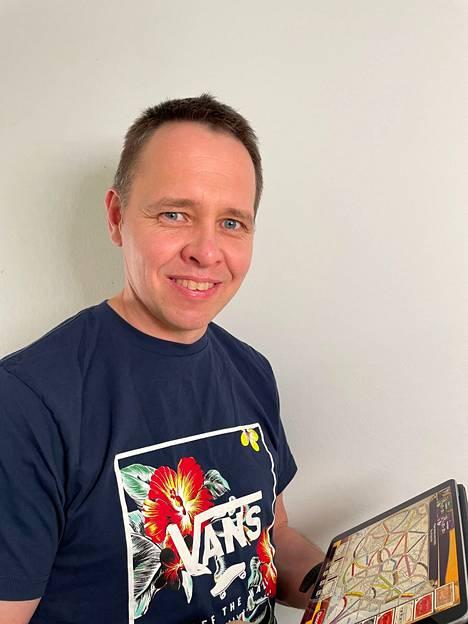 Professori Kristian Kiili pitää sanapeleistä ja ongelmanratkaisupeleistä. Näytöllä on peli nimeltään Ticket To Ride.