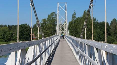 """Sastamalan Oppaiden puheenjohtaja Eija Vaateri kuvailee Keikyän riippusiltaa monipuoliseksi. """"Sen voi ylittää polkupyörällä tai alittaa kanootilla. Sen historia on kiehtova ja tarinoita on oppailla monta kerrottavaksi"""", Vaateri kertoo. Tyrvään Sanomat kuvasi sillan kunnostustöitä kesäkuussa 2020."""