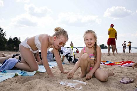 Emma Silvola (vas.) ja Seelia Rahkola nauttivat torstaina rannalla olosta. Lasten äidit kertovat, että viime kesänäkin rannalla oltiin lähes joka päivä.
