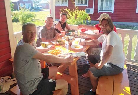 Porsaanpihvit kolmen sienen kastikkeella nautittuna hymyilyttävät Jukka Piisiä, Jari Ketolaa, Kari Lehtistä, Kaj Lindholmia ja Jaakko Aaltoa.