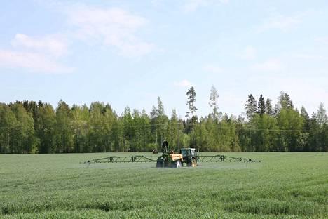 Lukija huolestui, kun kasvinsuojeluaineita levitettiin pellolle keskellä päivää. ProAgrian mukaan työlle ei ole pääosin rajoitteita.