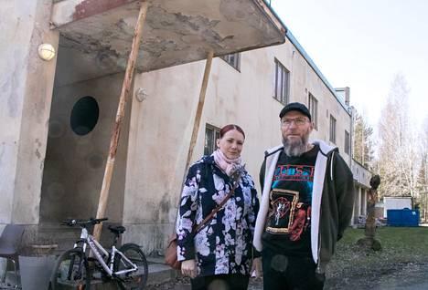 Sirpa ja Markku Koivisto löysivät Porin vanhan lyhytaaltoaseman pienoismallin viime syksynä sattumalta. Markku Koivistolla on lämpimiä muistoja asemasta omasta nuoruudestaan.