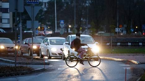 Autoilijan ei kuulu automaattisesti väistää pyöräilijää, tekstarin lähettäjä muistuttaa.