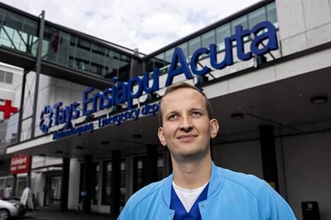 """Päivystys Acutan ylilääkäri Mikko Franssila oli yövuorossa lokakuun ensimmäisenä viikonloppuna, kun koronarajoitukset lievittyivät ja kertoo öiden olleen selvästi aiempaa kiireisempiä myöhempään yöhön. """"Oli kaikenlaista, isompaa ja pienempää tapaturmaa ja alkoholilla osuutta moneen niistä. Osallistuin kahden yön aikana yli 50 potilaan hoitoon."""""""