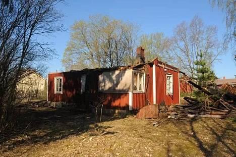 Vanha asumaton omakotitalo paloi Noormarkussa Laviantiellä toukokuisena yönä. Poliisi tutkii paloa epäiltynä tuhotyönä. Arkistokuva.
