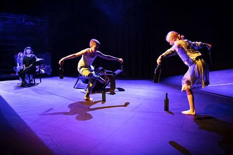 Kun maa keinuu -esitys syntyi kolmen tahon yhteistyönä. Näyttelijä Angelika Meusel ja tanssija Kati Aalto tulkitsevat Märta Tikkasen tekstiä. Mukana ovat myös Tanssikoulu Tankan nuoret tanssijat Samu Murro ja Matleena Salmi.