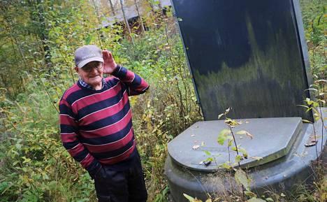 Kuuluuko mitään? Harjavallan Haapakadulla asuva Arvo Oja sanoo, ettei saa iltaisin unta, koska viemäri on pitänyt meteliä viime syksystä saakka.