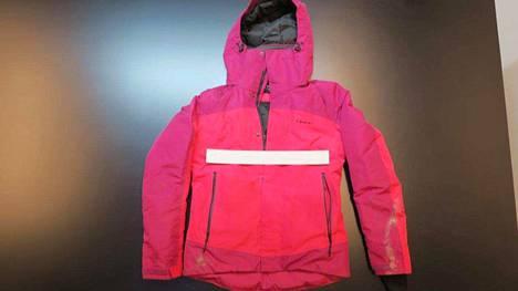 Myös osa naisen vaatetuksesta, muun muassa vaaleanpunainen takki, löytyi rannasta polun varrelta. Poliisi julkaisi kuvan takista.