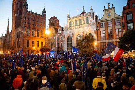Suuri joukko ihmisiä osallistui mielenilmaukseen sunnuntaina Pohjois-Puolan Gdanskissa.