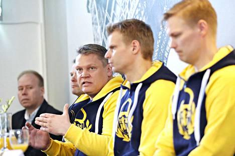 Mikael Vuorio (kuvassa oikealla) jatkaa Raumalla. Arkistokuva toukokuulta 2017.