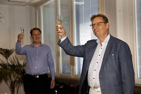 Kirjoittajan mielestä Porissa pitäisi siirtyä ensitilassa pormestarimalliin. Suomessa ensimmäisenä mallin otti käyttöön Tampere ja siellä pormestarina toimii Lauri Lyly (oik.) ja apulaispormestarina Jaakko Stenhäll (vas.).