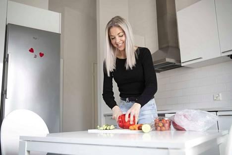 Porilainen ravinto- ja fysiikkavalmentaja Mia Laakso rohkaisee poikkeusajan kotikokkeja kokeilemaan jotain uutta, mutta samalla ravintosuosituksista ja ateriarytmistä on syytä pitää kiinni.