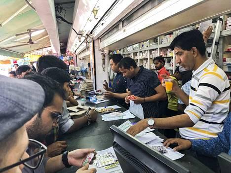 Intian pääkaupungissa Delhissä kadunvarsiapteekkeja on paljon erityisesti sairaaloiden lähistöllä. Niissä antibiootteja myydään ilman reseptiä.