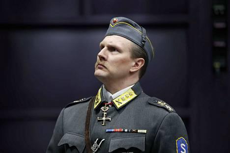 Janne Turkki esittää Mannerheimia paineen alla Suomen kohtalonhetkinä.