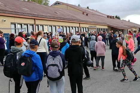 Vähärauman koulun oppilaat ja vanhemmat osoittivat mieltään huonon sisäilman vuoksi 14. syyskuuta viime vuonna.