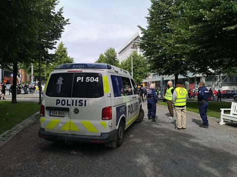 Poliisi on paikalla neuvottelemassa Hämeenpuistossa.