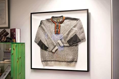 Juicen kirjaston seinällä on luonnollisesti norjalainen villapaita.