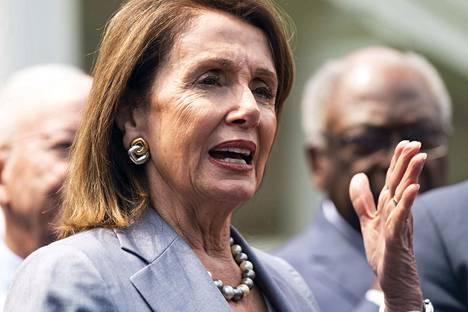 Edustajainhuoneen puheenjohtaja Nancy Pelosi syyttää oikeusministeri William Barria rikoksesta.