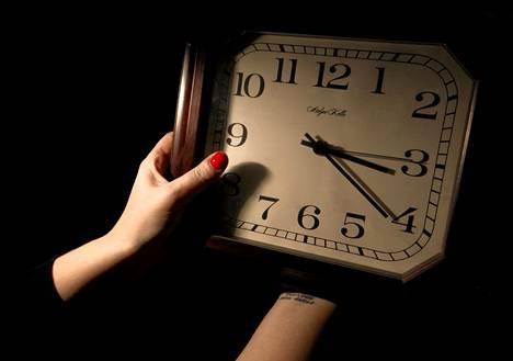 Kellojen viisareiden siirtelystä oli aloitteen mukaan alun perin tarkoitus luopua vuonna 2021.