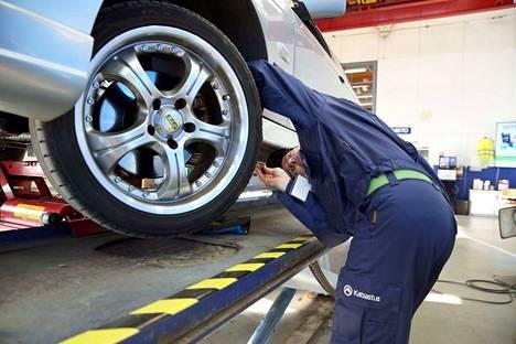 Traficomin mukaan uusia autoja hylätään eniten etuakseliston ja käyttöjarrun vikojen vuoksi.