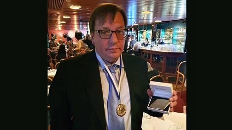 Hakassa ja valkeakoskelaisessa jalkapallossa pitkään vaikuttanut Asko Jussila vastaanotti Juuson plaketin perjantaina Hakan nousujuhlissa hotelli Waltikassa.