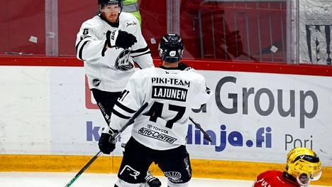TPS jatkaa kiekkoliigan kärjessä, kun Ässät kaatui perjantaina. Kuvassa Jani Lajunen ja Jack Rodfewald juhlivat 1–0-maalia.