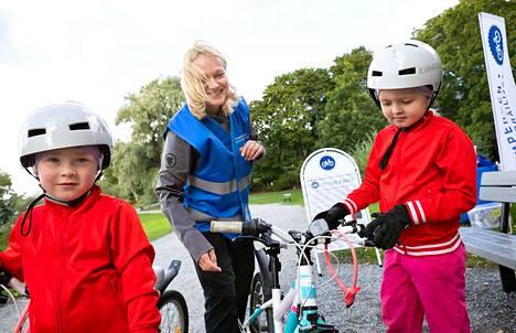 Taivassalon 7-vuotiaat kaksoset Amanda (oik.) ja Olivia ovat ajaneet jo yli 20 kilometrin matkoja. Sunnuntain tapahtumassa Minna Takala opasti nuoria pyöräilijöitä.