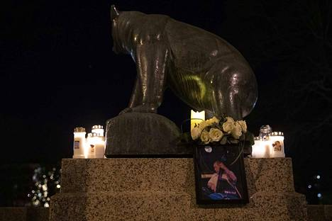 Perjantai-iltana Porin Raatihuoneen edustalle oli tuotu kynttilöitä kunnioittamaan Jyrki Kankaan muistoa.