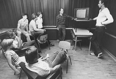 """Valmentaja Esko Malm pitää """"videosulkeisia"""" Hakan joukkueelle vuonna 1978."""