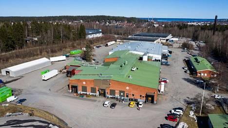 Pyynikin panimo toimii tässä rakennuksessa Tampereen Raholan teollisuusalueella. Panimo kuvattiin 15.4.2021.