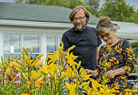 Paula Åströmin ja Tauno Lassilan siirtolapuutarha-aika alkaa toukokuun puolivälissä ja päättyy syyskuussa. – Kun ajamme tästä talvella ohi, hihkaisemme vain, että siellä se mökki on!
