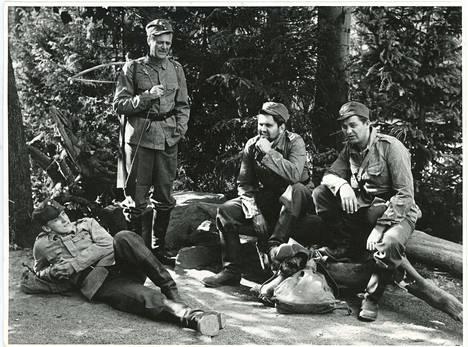 27.7.1967. Pyynikin Kesäteatteri 1967. Väinö Linnan Tuntematon Sotilas. Kuvassa vas.Esko Roine (Hietanen), Heikki Savolainen (Honkajoki), Martti Kuisma (Rokka) ja Erkki Thil (Viirilä).