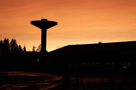 Pimeään vuodenaikaan kaipaisi vesitornin kaunista valaistusta. Tänä syksynä sitä ei vielä ole nähty.