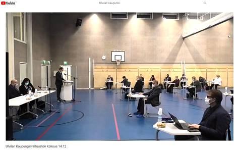 Ulvilan kaupunginvaltuuston kokous välitettiin ensi kertaa suorana lähetyksenä kaupungin YouTube-kanavalla. Istunto pidettiin Vanhankylän koulun salissa koronasuosituksen mukaisilla turvaetäisyyksillä.