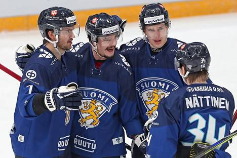 Otso Rantakari (toinen vasemmalta) vei Leijonat 4–2-johtoon.
