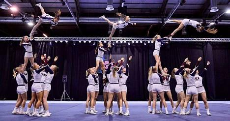 Porin Cheerleading Akatemian (PCA) SM-tason kilpajoukkue Junior Alfa kisasuorituksessa.