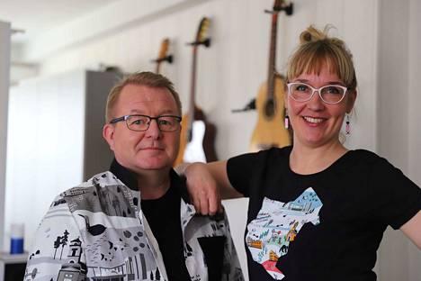 Pasi Heinon esiintymisasun ompeli Marianne Karhumaa, joka on tehnyt Nokia-kuosista myös muita vaatteita ja asusteita kuten esimerkiksi päällään olevan paidan.