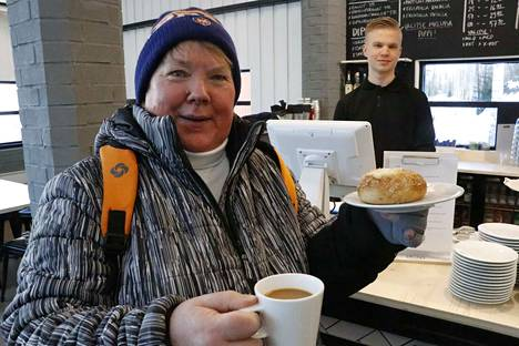 Kalkussa asuva Ritva Lehtinen piipahti tuoreella pullalla ja kahvilla tiistai-iltapäivän komean kelin kunniaksi ja kehui, että on ihanaa, kun on kiva kahvittelupaikka lähellä. Kokki Antti Mäkinen on tiskin takana.