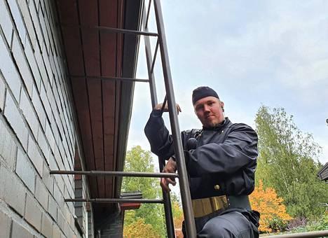 Loppusyksyllä Markus Riihimäki aloittaa itsenäisesti nuohoustöitä. Opiskellessaan hän on kiertänyt kohteita kokeneen nuohoojan matkassa.