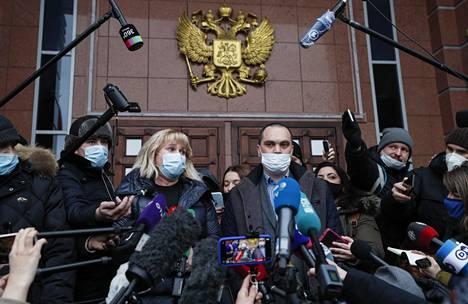 Aleksei Navalnyin juristit Olga Mikhailova ja Vadim Kobzev puhuivat toimittajille torstaina valitusoikeudenkäynnin jälkeen oikeustalon edessä Moskovassa.