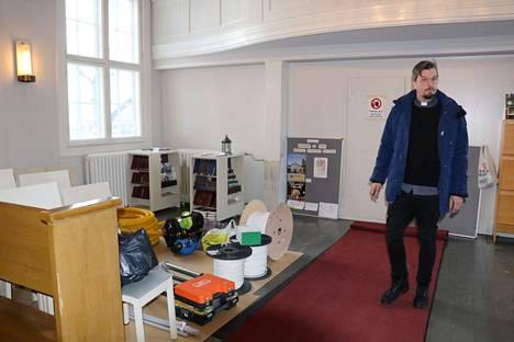 Pastori Olli Viljakainen toteaa, että kevääseen mennessä työkalut ja varusteet ovat poissa ja tilalla on istuinryhmiä ja takana vasemmalla kirkkokahvio.