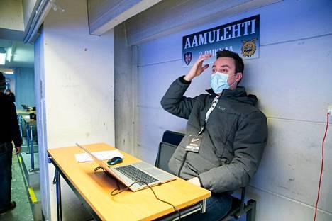 Lauri Lehtinen kuuluu harvoihin henkilöihin, jotka saavat seurata liigapelejä Hakametsän jäähallissa. Hän kaipaa yleisöä ja ihmisten luomaa tunnelmaa katsomoihin, mutta toisaalta tyhjässä hallissa pelaajien, valmentajien ja tuomareiden keskustelut kuuluvat tavallista paremmin.