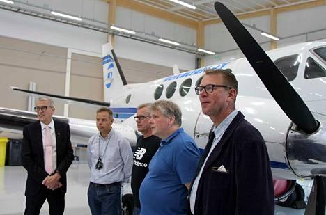 Ensimmäiset lentokoneasentajat valmistuivat Mäntän ammattikoulusta 30 vuotta sitten. Heidän joukossaan olivat Keijo Parkkonen (oikealla), Mikael Nyström, Ilkka Suppula ja Jari Rantala. Opettajana heillä oli Mäntän seudun koulutuskeskuksen nykyinen rehtori Arto Pylvänäinen (vasemmalla).