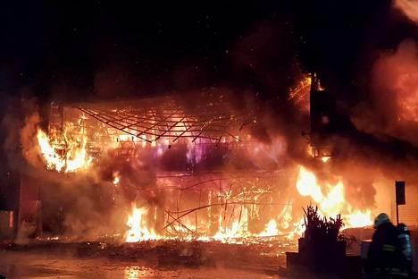 Palomiehet taistelivat läpi yön liekkejä vastaan Taiwanin Kaohsiungin kaupungissa. Tulipalo ehti levitä 13-kerroksisessa rakennuksessa useampaan kerrokseen.
