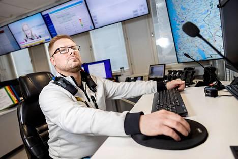 """Ensihoidon kenttäjohtaja Tuomas Uusitalon työ on koordinoida ja priorisoida tilannekeskuksen ensihoidon tehtävät. """"Hermokeskus"""" pitää kenttäjohtajan jatkuvasti ajan tasalla tilannekeskuksen toiminnasta ja työntekijöiden sijainneista kentällä."""